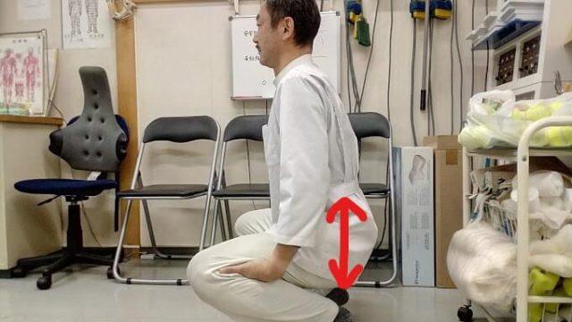 膝の手ばさみストレッチ